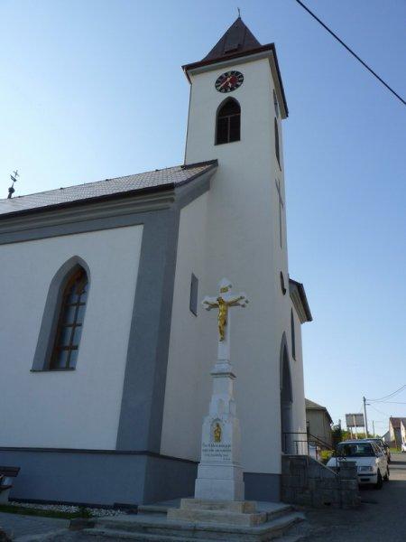 Kamenny kriz pred kostelem